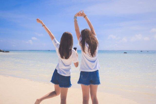 海にいる女の子2人