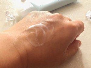 手の甲になじませている白いシズカゲル