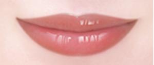 唇に塗ったコーラルピンク