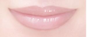 唇に塗ったサクラピンク