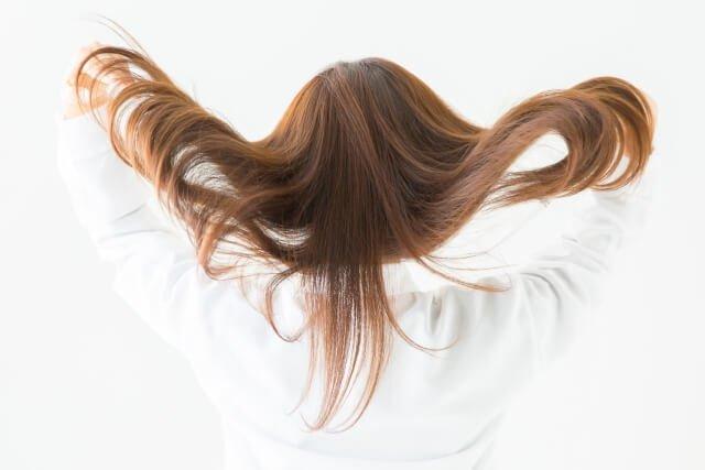長い髪が綺麗な女性の後ろ姿