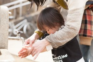 手洗いしている子供