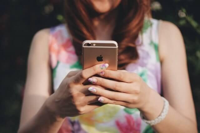 スマートフォンを操作している女の子