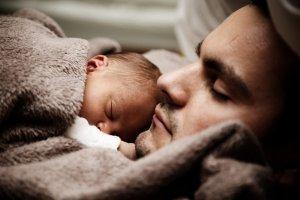 寝ているパパと赤ちゃん