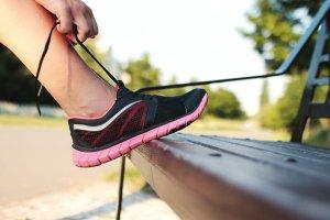 スニーカーの靴ひもを結ぶ女性