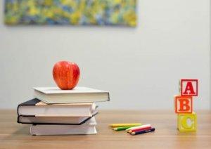 積み重なった本とリンゴ