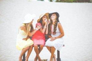 おしゃべりをしている3人の女性