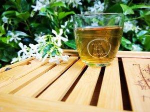 コップに入った緑茶