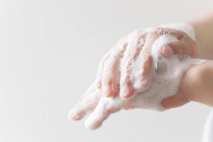 手を洗う子供の手