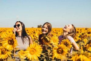 ひまわり畑にいる三人の女性