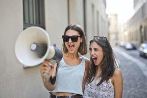 口を開けている二人の女性