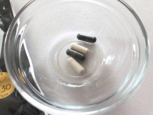 白と黒のカプセル