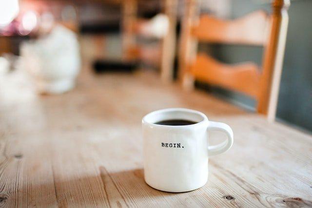 白いマグカップに入ったブラックコーヒー