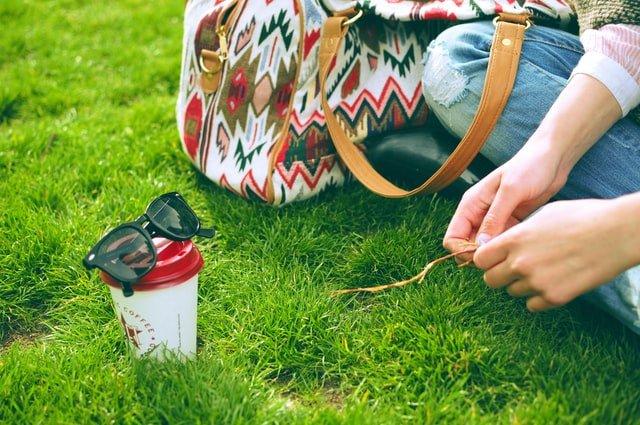 芝生の上に座る女性