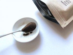 スプーンですくった黒いスリムコーヒー
