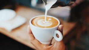 白いカップに注いでいるコーヒー